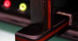 Ein USB-Stick, der an einem Computer angeschlossen ist und von dem gebootet werden kann (Bild: woodventure / pixelio.de)
