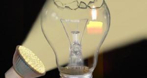 LED statt Glühbirne oder Energiesparlampe: So spart man clever bei der Beleuchtung (Bernd Kasper / pixelio.de)