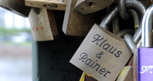 Liebesschlösser gleichgeschlechtlicher Paare (Bild: Esther Stosch / pixelio.de)