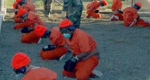 Gefangene nach ihrer Ankunft in Guantanamo (Bild: U.S. Navy/Wikimedia)