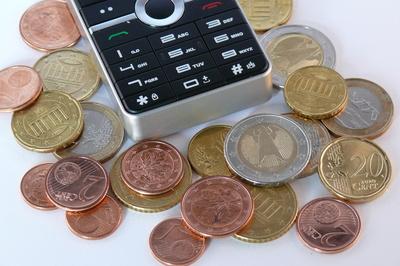 Mit den günstigen Handy- und Smartphonetarifen von WinSim lässt sich viel Geld sparen (Bild: REK / pixelio.de )